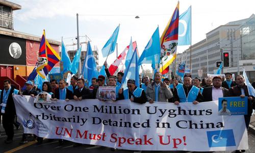Nhóm người biểu tình bên ngoài Văn phòng Liên Hợp Quốc tại Geneva, Thụy Sĩ hôm 6/11. Ảnh: Reuters.