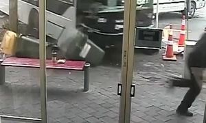 Người đàn ông thoát chết trước mũi xe buýt ở New Zealand