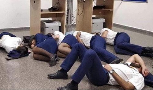 Bức ảnh các thành viên phi hành đoàn Ryanair ngủ trên sàn nhà. Ảnh: Twitter.