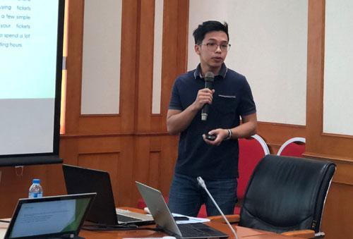 Đại diện dự án Xeca thuyết trình tại cuộc thi.