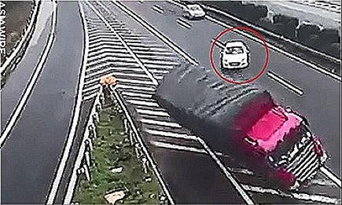 Ôtô đi lùi ở khúc cua trên cao tốc: Nỗi ám ảnh tai nạn của giới tài xế - 1