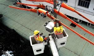 Đội sửa chữa 'điện sống' ở Sài Gòn
