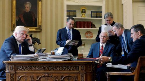 Từ trái sang phải: Tổng thống Trump và các trợ lý gồmchánh văn phòng Nhà Trắng Reince Priebus, Phó tổng thống Mike Pence, cố vấn cấp cao Steve Bannon, giám đốc truyền thông Sean Spicer và cố vấn an ninh quốc gia Michael Flynntại Nhà Trắng hôm 28/1/2017. Ngoại trừ Phó tổng thống Mike Pence (thứ ba từ trái sang
