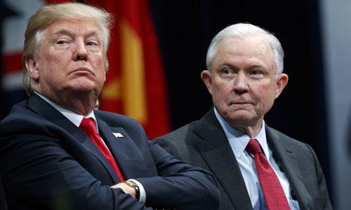 Tổng thống Mỹ Donald Trump (trái)và Bộ trưởng Tư pháp Jeff Sessions tại một buổi lễ của Học viện Quốc gia FBI năm 2017. Ảnh: AP.