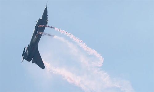 Tiêm kích J-10B thực hiện động tác Rắn hổ mang bành tại Triển lãm Hàng không Trung Quốc 2018. Ảnh: Dickson Lee.