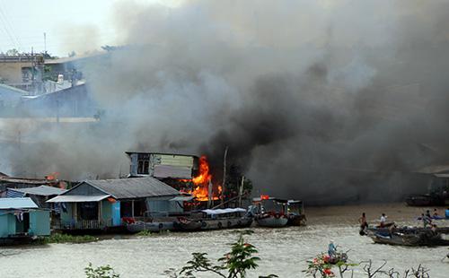 Ngọn lửa phát ra từ dãy nhà cặp mé sông Cần Thơ tại chợ nổi Cái Răng. Ảnh: Cửu Long