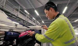 Nhân viên bốc xếp ở sân bay Nhật 'nâng niu' hành lý như đứa trẻ