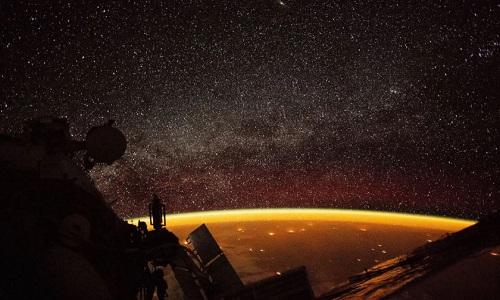 Khoảnh khắc khí huy bao phủ Trái Đất. Ảnh: NASA.
