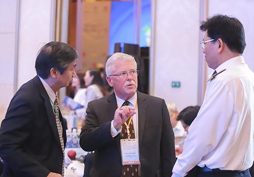 Các đại biểu trao đổi bên lề hội thảo. Ảnh: Nguyễn Đông.