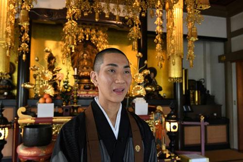 Cuộc sống hai mặt của nhà sư đồng tính Nhật đam mê trang điểm - ảnh 2