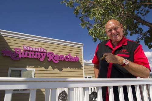 Dennis Hof bên ngoài nhà thổ Moonlite Bunny Ranch của ông ở thành phố Carson, bang Nevada năm 2013. Ảnh: Bloomberg.