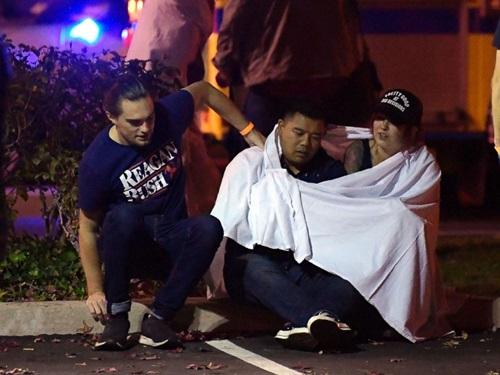 Vẻ mặt hoảng loạn của những người sống sót sau vụ xả súng ở quán bar Borderline Bar & Grillđêm 7/11. Ảnh: AP.