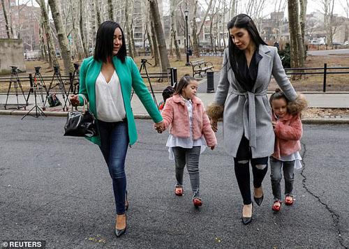Emma Coronel Aispuro (áo xám) và hai con gái sinh đôi. Ảnh: Reuters.