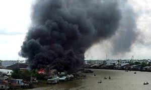 Khói lửa ngùn ngụt thiêu rụi dãy nhà sàn ở chợ nổi Cái Răng