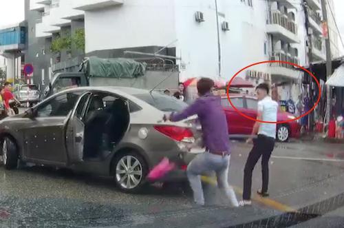 Hình ảnh nam thanh niên cầm dao (khoanh đỏ) đuổi chém đối phương. Ảnh: Cắt từ video.