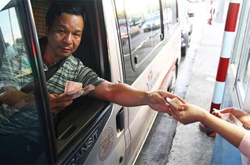 Lái xe trả tiền lẻ qua trạm BOT Cai Lậy. Ảnh: Hoàng Nam.