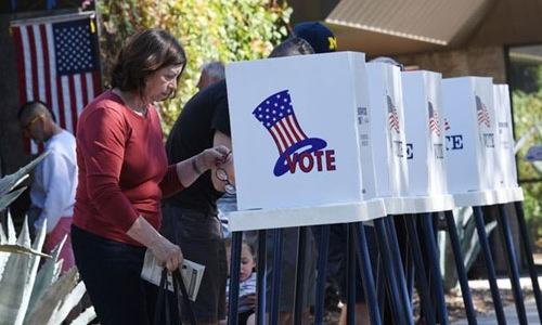 Cử tri Mỹ đi bỏ phiếu trong cuộc bầu cử giữa kỳ ngày 6/11. Ảnh: Reuters.