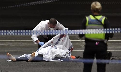 Cảnh sát kiểm tra thi thể tại hiện trường vụ tấn công. Ảnh: AFP.