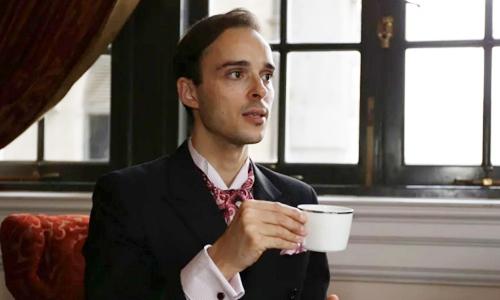 Bernadac hướng dẫn cách cầm tách trà đúng kiểu. Ảnh: SCMP.