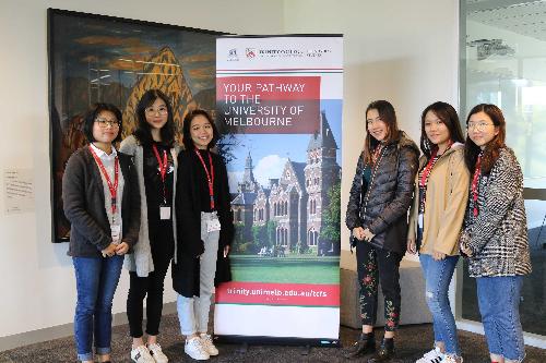 Minh Hương (bên phải, cạnh standee) cùng bạn bè trong buổi lễ trao học bổng tại Trinity College