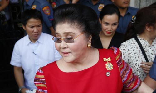 Bà Imelda Marcos, cựu đệ nhất phu nhân Philippines, tới Ủy ban Bầu cử ở Manila hôm 16/10. Ảnh: AP.