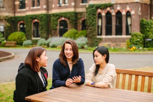 Minh Hương cùng bạn trong campus của trường