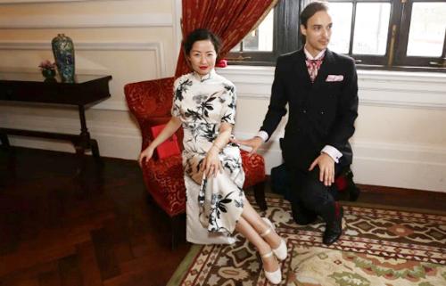 Chu Mingjing làm mẫu cách ngồi. Ảnh: SCMP.