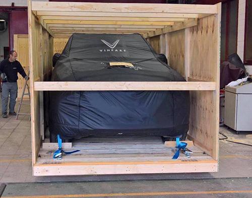 Lux SA2.0 được phủ bạt bảo vệ, vận chuyển trong thùng gỗ.