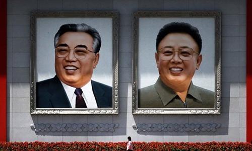 Chân dung cố lãnh đạo Triều Tiên Kim Nhật Thành (trái) và Kim Jong-il ở quảng trường tại Bình Nhưỡng. Ảnh: AP.