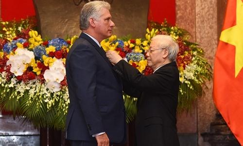 Chủ tịch Nguyễn Phú Trọng trao huân chương Hồ Chí Minh cho Chủ tịch Cuba Diaz-Canel. Ảnh: Giang Huy.