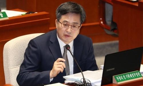 Bộ trưởng Tài chính Hàn Quốc Kim Dong-yeon trả lời câu hỏi trong một phiên họp của Ủy ban Ngân sách Quốc hội ngày 8/11. Ảnh: Yonhap.