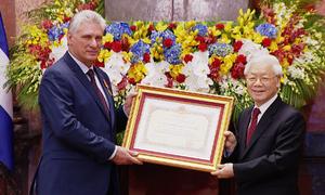Chủ tịch Cuba nhận Huân chương Hồ Chí Minh