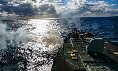 Tàu chiến Mỹ diễn tập bắn đạn thật trong diễn tập SWATT hôm 4/11. Ảnh: US Navy.