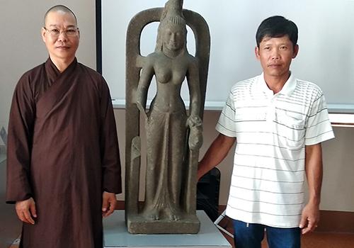 Tượng nữ thần Saraswati được ông Lê Văn Thôn và Đại đức Thích Đức Hiền trao tặng cho bảo tàng Vĩnh Long. Ảnh: An Bình