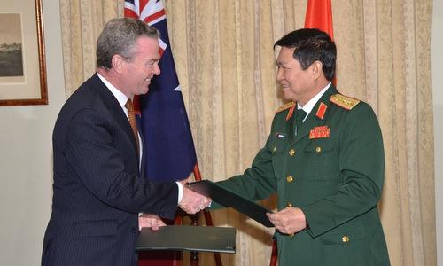 Bộ trưởng Christopher Pyne (trái) và Bộ trưởng Ngô Xuân Lịch sau lễ ký tuyên bố hôm 8/11. Ảnh: TTXVN.