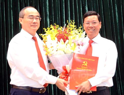 Bí thư Thành ủy TP HCM Nguyễn Thiện Nhân trao quyết định cho ông Vũ Ngọc Tuất. Ảnh: Trung Sơn