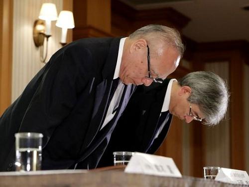 Lãnh đạo Đại học Y Tokyo cúi gập người xin lỗi trong cuộc họp báo ngày 7/8. Ảnh: USA Today