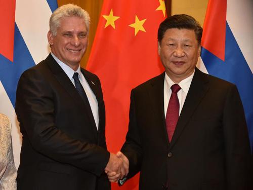 Chủ tịch Cuba Miguel Diaz-Canel (trái) bắt tay Chủ tịch Trung Quốc Tập Cận Bình tại Bắc Kinh hôm 8/11. Ảnh: Estudios Revolucion.
