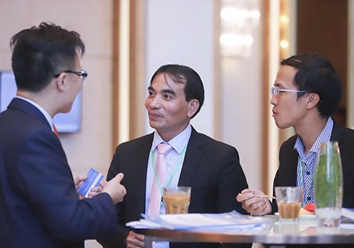 Học giả Việt Nam và quốc tế trao đổi sôi nổi cả trong giờ giải lao của hội thảo. Ảnh: Nguyễn Đông.