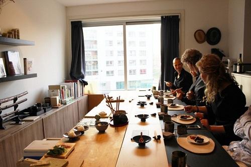 Căn phòng được bày biện theo phong cách nhà hàng Nhật Bản: Ảnh: Munchies