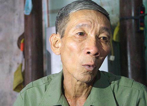 Ông Bình xúc động khi kể lại quãng thời gian được người dân Campuchia cưu mang. Ảnh: Đức Hùng