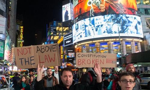 Những người biểu tình phản đối Tổng thống Mỹ Donald Trump ở New York ngày 8/11. Ảnh: AFP.