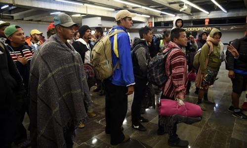 Những người di cư Trung Mỹ chờ tàu điện ngầm ở Mexico City khi trên đường đến biên giới với Mỹ. Ảnh: AFP.