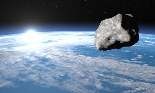 Một tiểu hành tinh di chuyển tớigần Trái Đất. Ảnh: Newsweek.