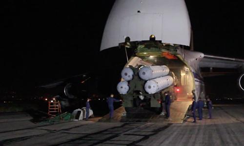 Tổ hợp tên lửa phòng không S-300 được vận tải cơ hạng nặng An-124 chở tới Syria ngày 2/10. Ảnh: BQP Nga.