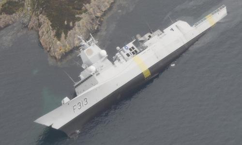 Tàu hộ vệ Helge Ingstad nghiêng sang một bên và chìm một phần đuôi. Ảnh: Twitter.