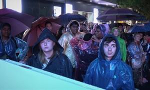 Đội mưa xem diễn thời trang Anh Quốc ở phố đêm Hà Nội