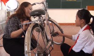 Giáo viên Nghệ An sửa xe đạp cũ tặng học sinh nghèo