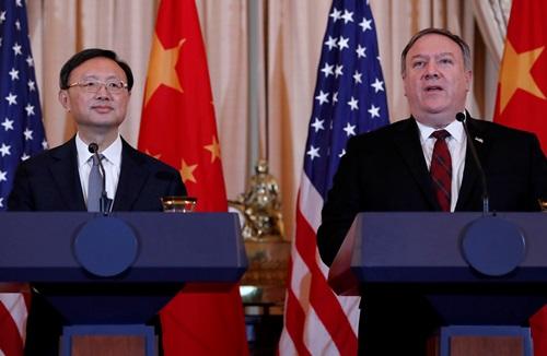 Ngoại trưởng Trung Quốc Mike Pompeo (phải) và ủy viên Bộ Chính trị Trung Quốc Dương Khiết Trì tại cuộc họp báo chung ở Washington hôm 9/11. Ảnh: Reuters.