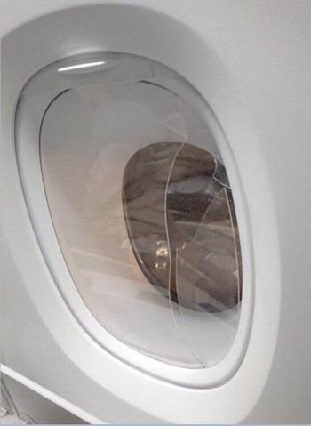 Cửa sổ bằng nhựa bên trong máy bay của Korean Air bị hành khách ném vỡ hôm 7/11. Ảnh: Yonhap.
